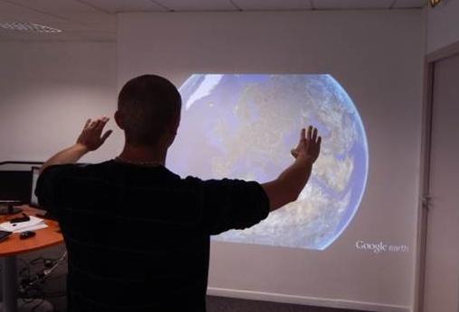 Contrôle de Google Earth par Kinect sur écran projeté